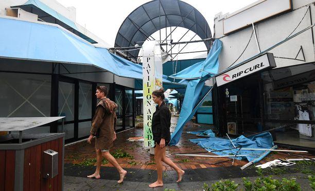 Australiassa selvitetään maan koillisosia eilen riepotelleen hirmumyrsky Debbien aiheuttamien tuhojen laajuutta.