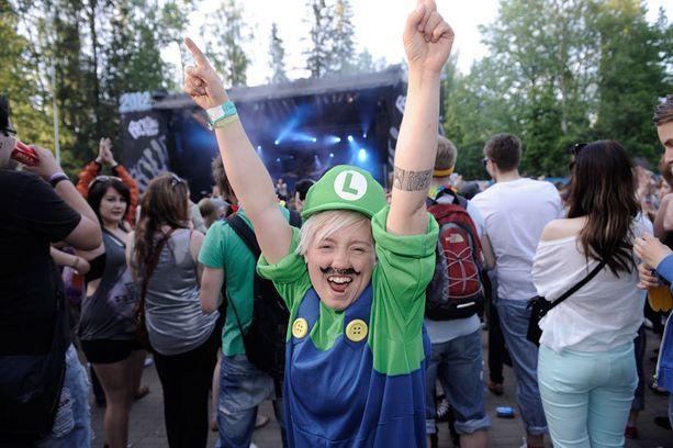 Missä Mario? Luigi-asuun pukeutunut Anni tuli festareille kuuntelemaan Pariisin kevättä ja PMMP:tä.