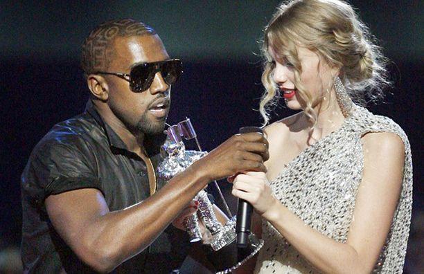 Kanye West riisti mikrofonin Taylor Swiftiltä.