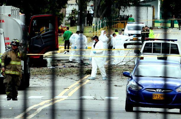 Viranomaiset tutkivat räjähdyspaikkaa Bogotassa torstaina.