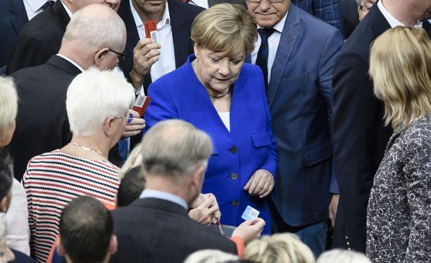 Angela Merkel äänesti lopulta avioliitto-oikeutta vastaan.