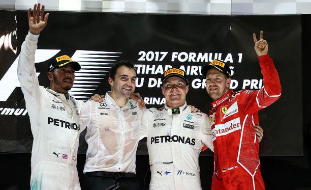 Valtteri Bottas (toinen oik.) juhli Abu Dhabissa uransa kolmatta GP-voittoa.