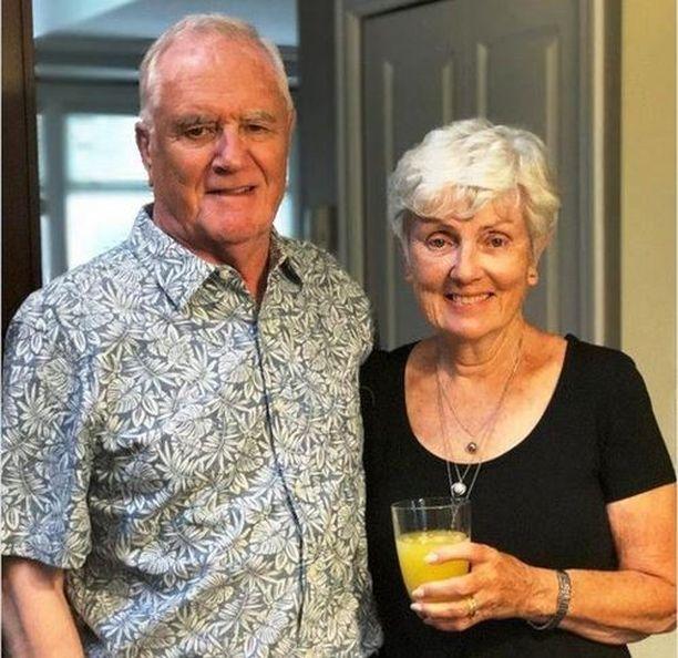 Kanadalainen Ian Moore Wilson (vas.) rakasti hyvää olutta ja matkustelua. Rinnalla leskeksi jäänyt vaimo.