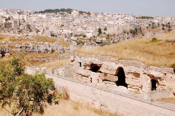 Matera tunnetaan luola-asumuksistaan. Luolissa on myös kirkkoja.