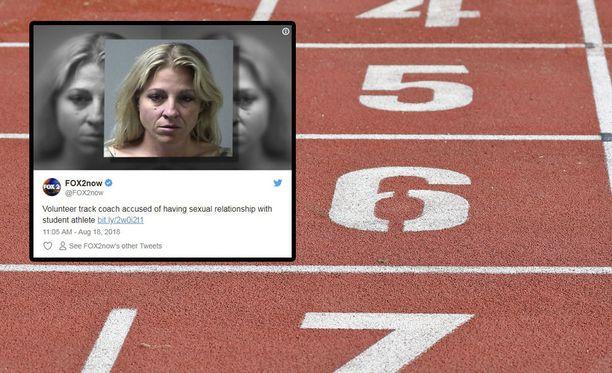 Ericka Beverly Oxford toimi high school -yleisurheiluvalmentajana St. Petersin kaupungissa.