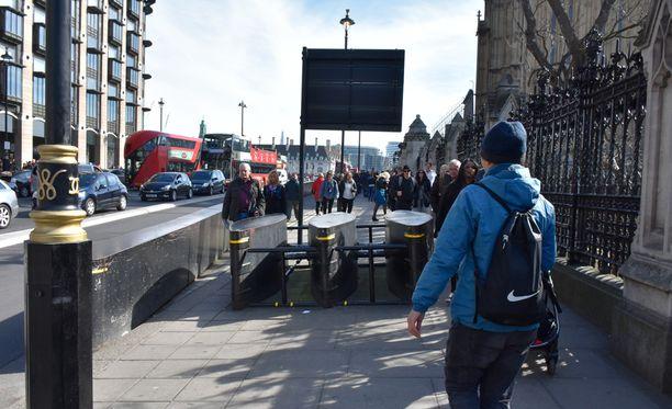Westminsterille vievät jalkakäytävät on blokattu isoilla metallisilla esteillä, jotta jalkakäytäviä ei voisi ajaa autolla.