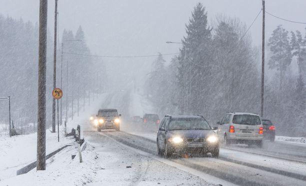 Länsi-Suomessa ja Lapissa pyryttää tiistaina heikko lumisade.