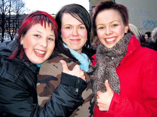 JATKOON! Harjavaltalaiset Minttu Setälä ja Anni Päivärinta suitsuttivat kaveriaan Kaisa Pirttikangasta (keskellä) Idols-Katrin manttelin perijäksi.