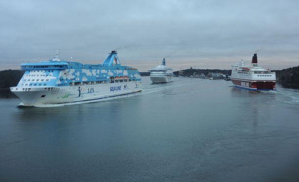 Silja Galaxy, Silja Europe ja Viking Isabella Maarianhaminan sataman edustalla.
