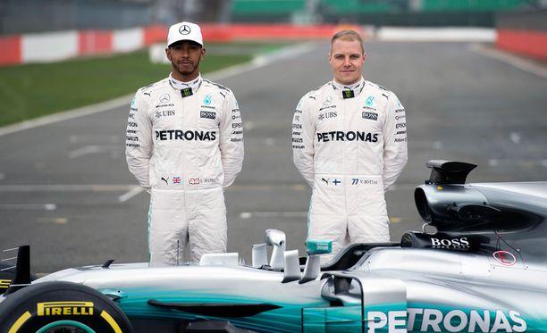 Lewis Hamiltonin ja Valtteri Bottaksen Mercedeksen oli muutettava jousituksiaan aivan kauden alla.