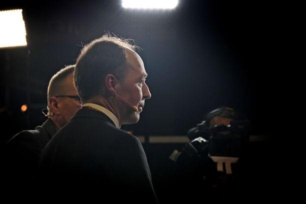 Jussi Halla-aho kehottaa perussuomalaisten nykyisiä ministereitä pohtimaan pystyvätkö he tekemään yhteistyötä puolueen uuden puheenjohtajan kanssa. Viidestä ministeristä neljä ilmoitti etukäteen, että he eivät tue Halla-ahon puheenjohtajuutta.