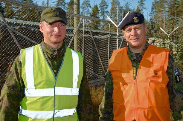 Puolustusvoimain kansainvälisen keskuksen johtaja Jukka-Pekka Schroderus (oik.) ja kurssinjohtaja Janne Pekkala. Kaikkiaan FINCENTin kursseilla on koulutettu yli 5 000 sotilastarkkailijaa.