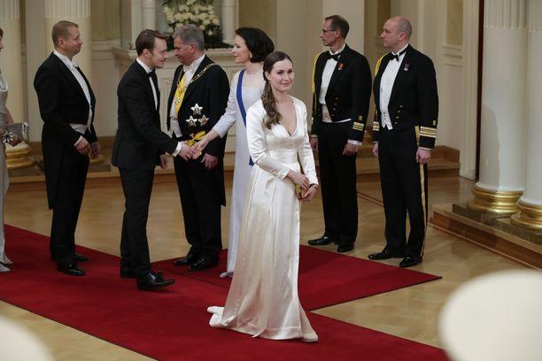 Kansanedustaja Sanna Marin edusti tyylikkäästi morsiuspuvussaan. Pelkistetyn tyylikkään puvun käyttö myös Linnassa edustaa esimerkillisesti teeman mukaista kierrätysajattelua.