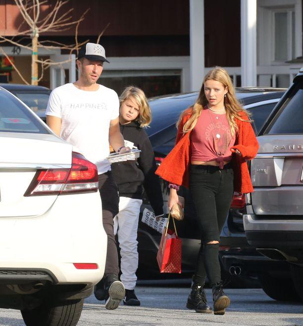 Chris Martin haki lapset koulusta. Perhe asuu Yhdysvalloissa.