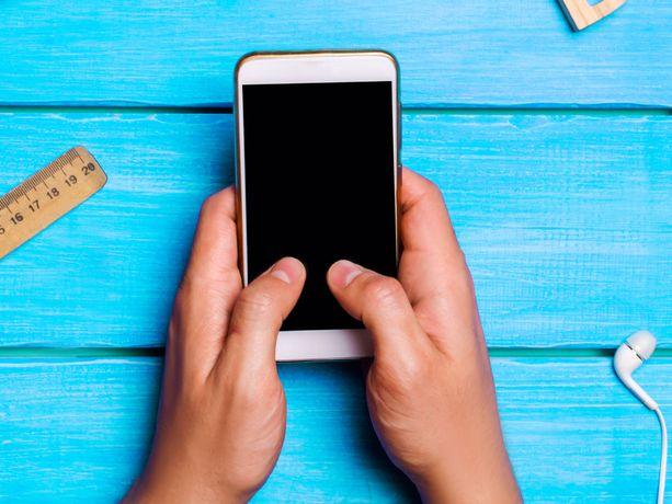Lapsen kännykkään voi asettaa muistutuksen.