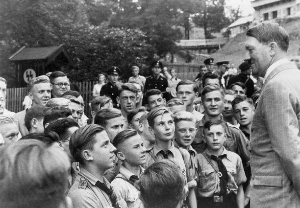 Andy oli katkera, kun häntä ei hyväksytty jäseneksi Hitler Jugendiin. Hän ymmärsi syyn vasta myöhemmin. Kuvassa Adolf Hitler tapaa nuorisojärjestön jäseniä vuonna 1937.