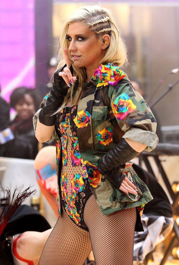 Ennen värikokeiluja Kesha viihtyi näyttävissä kampauksissa...