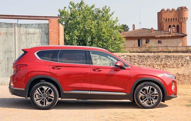 Santa Fe on pidentynyt seitsemällä sentillä, mutta on silti vielä kompaktin kokoinen iso SUV.