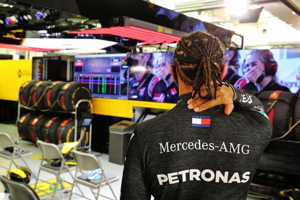 Lewis Hamilton katsoi tauon aikana tv-kuvista tapahtumia.
