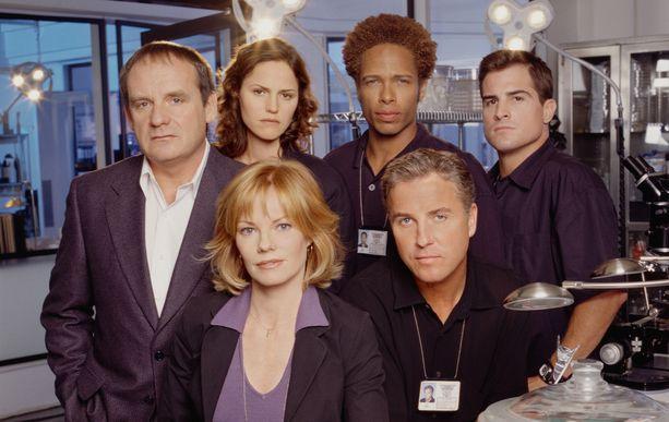 Tältä näytti alkuperäisen CSI:n näyttelijäkaarti. Marg Helgenberger ja William Petersen edessä. Takana  vasemmalta Paul Guilfoyle, Jorja Fox, Gary Dourdan ja George Eads.