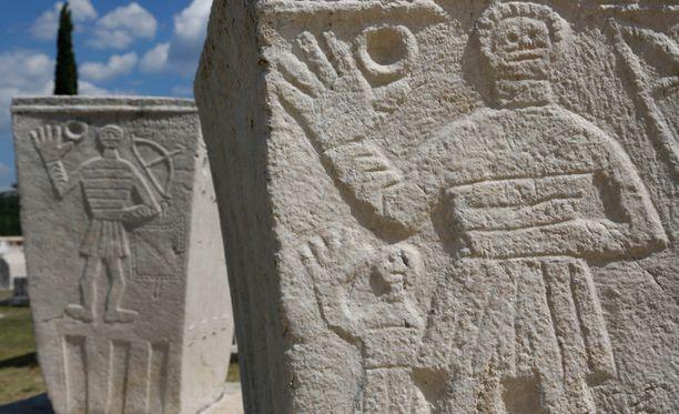 Stolacin kaupungissa Bosniassa sijaisee hautausmaa, jossa on 135 1300-luvun lopulla rakennettua hautakiveä. Kivissä on usein kuvana tervehtivä mies.