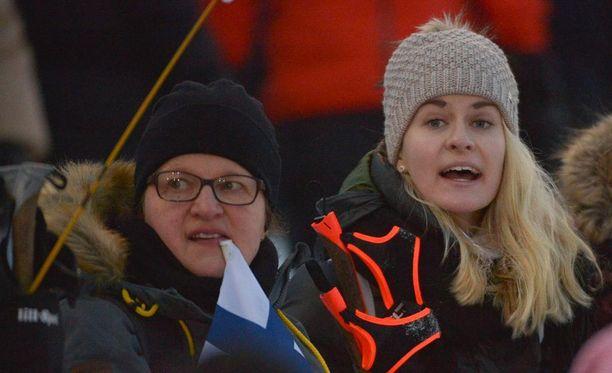 Iivo Niskasen kihlattu Saana Kemppainen (oik.) jännitti Rukan stadionilla. Vierellä Iivon äiti Tarja Niskanen.