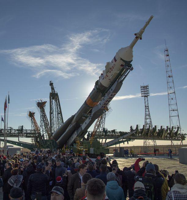 Tähän Sojuz-rakettiin tuli ilmeisesti moottorivika. Kuva tiistailta, jolloin raketti nostettiin pystyasentoon.