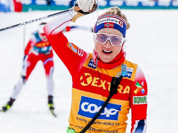 Therese Johaug tuuletti voittoa neljän sekunnin erolla.