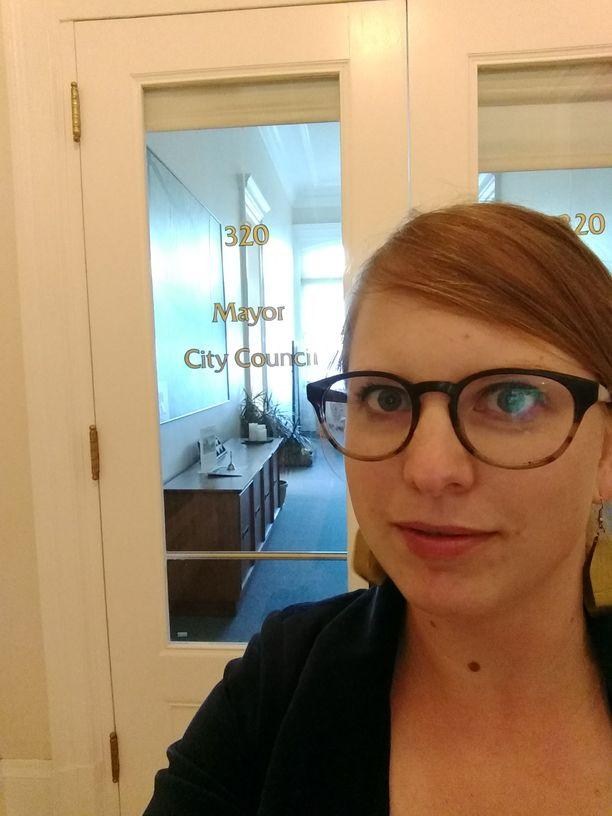 Lilli Keinänen otti selfien kaupungintalolla päivänä, jolloin Alamedan kaupungin kannabissäännökset allekirjoitettiin kahden vuoden aktivismin tuloksena.
