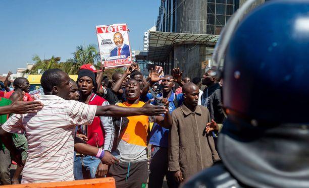 Opposition kannattajat osoittavat mieltään Hararessa.
