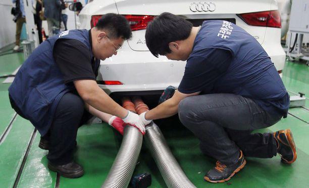 Volkswagen myönsi 21. syyskuuta, että 11 miljoonassa sen valmistamassa diesel-autossa oli päästöjä väärentävä laite. Yhdysvaltain ympäristönsuojeluviraston mukaan Volkswagen on itse suunnitellut päästöhuijauksissa käytettävän ohjelmiston.