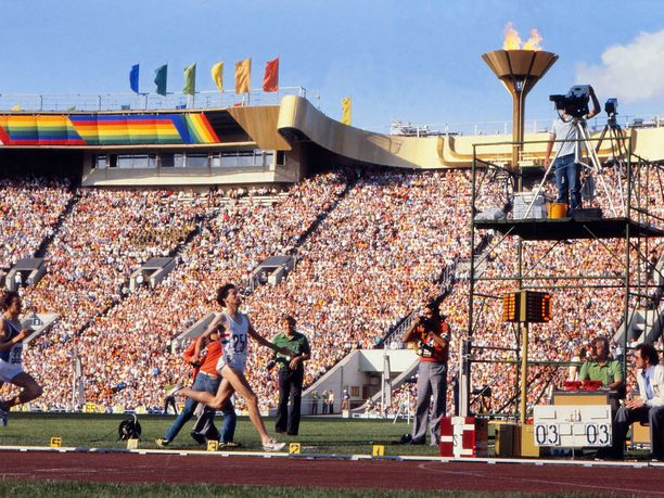 Iso-Britannian Sebastian Coe voitti Moskovassa miesten 1 500 metrin kisan. Maansa kansallistunnuksia juoksijalegenda ei kuitenkaan voinut käyttää boikotin takia.