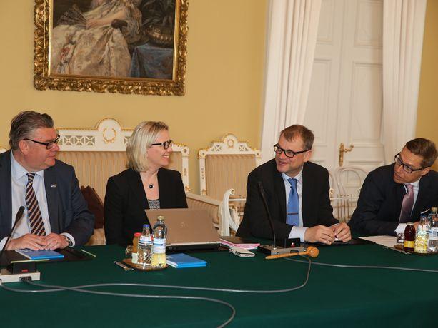 Riina Nevamäki ja Juha Sipilä istuivat vierekkäin hallitusneuvotteluissa Smolnassa toukokuussa 2015.