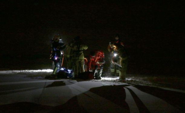 Pelastajat etsivät miestä ainoasta jäässä olleesta reiästä.