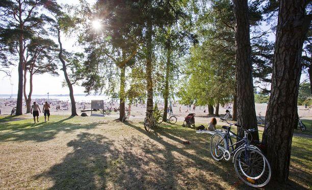 Helteinen sää jatkuu Suomessa edelleen. Arkistokuva on Hietarannan uimarannalta Helsingistä.
