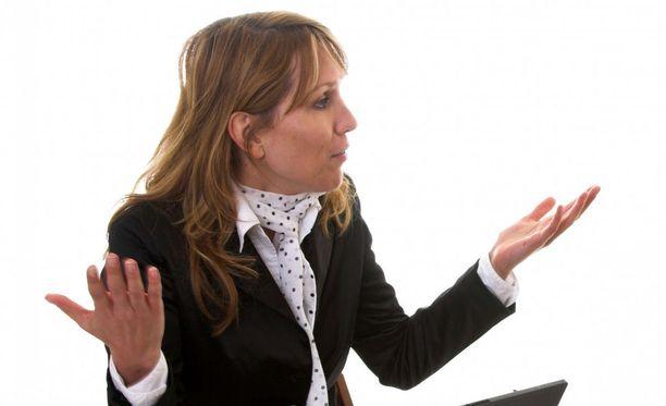 Käsien käyttäminen elävöittää puhettasi, mutta liiallinen viuhtominen vie sinulta uskottavuutta.