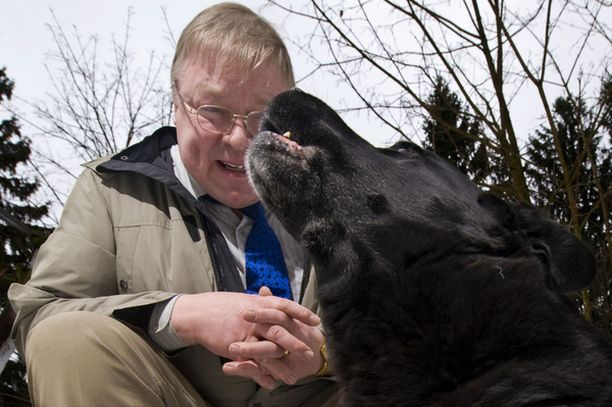 PÄIVÄNSANKARI Televisiosta tuttu ja valtakunnansyyttäjän suosittelema laulava koira Santtu täytti 14 vuotta. Vieressä isäntä Markku Ahonen.