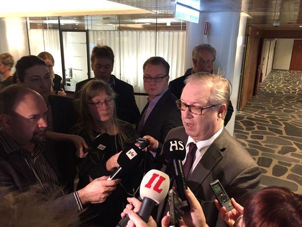 Akavan puheenjohtaja Sture Fjäder pitää pääministeri Sipilän tulkintaa palkattomien kiky-tuntien jatkumisesta vääränä.