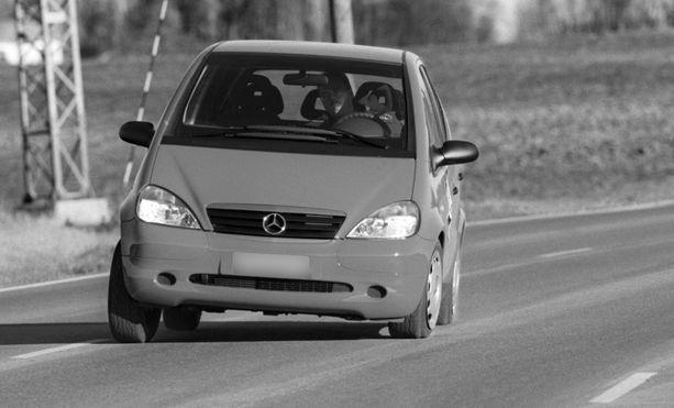 Ensimmäisen sukupolven A-Mersu oli Iltalehden koeajossa vuoden 1997 syksyllä, kun auto kaatui Ruotsissa hirvenväistötestissä. Mekin testasimme väistöominaisuuksia. Auto pysyi pystyssä kuten kuva kertoo, mutta renkaan seinämä taipui ja syväänhän tuo kuvan mukaan niiasi.