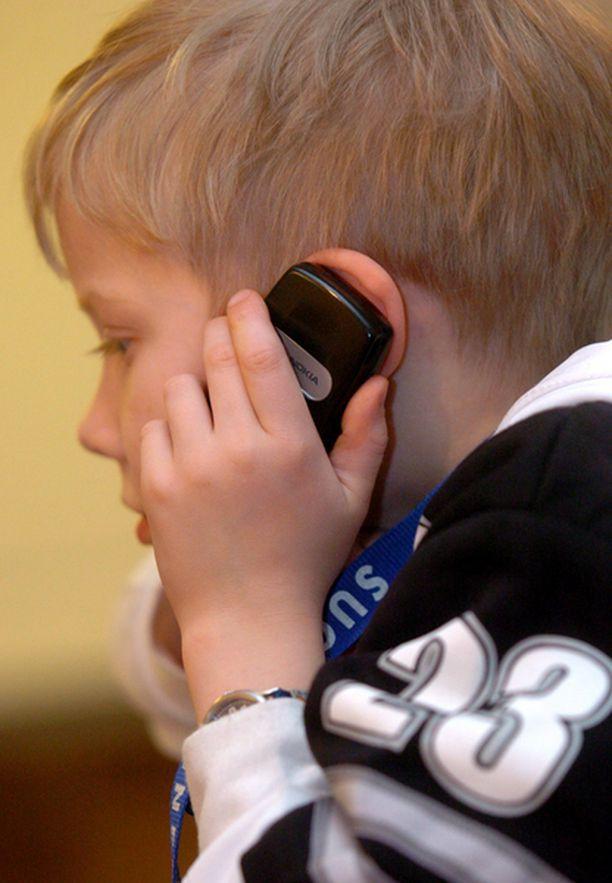 Kännykkää käyttävien lapsien kuulo voi olla vaarassa.