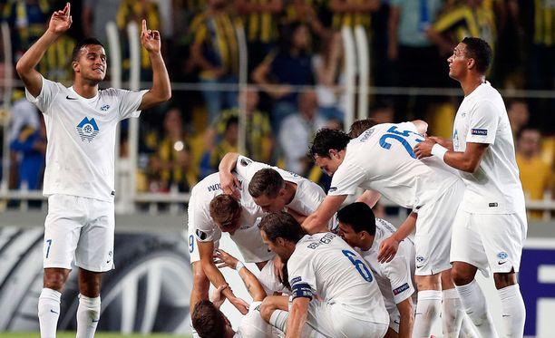 Molden pelaajat juhlivat Eurooppa-liigan avauskierroksella.