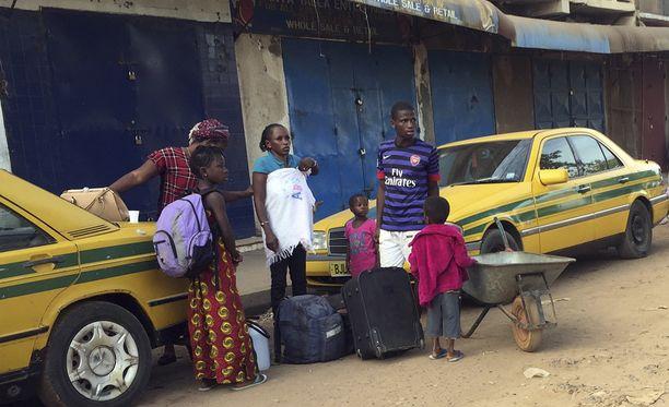 Ihmisiä odottamassa lauttaa kohti Senegalia tiistaina 17.1.2017.