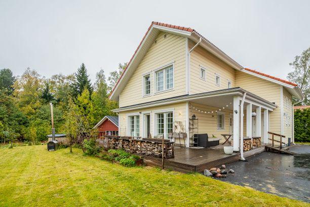 Tämä vantaalainen koti maksaa 595 000 euroa. Siinä 180 neliötä, joihin mahtuu isompikin perhe mukavasti asumaan.