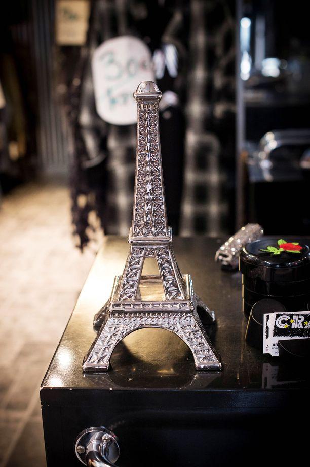 Pariisi ei lähde Arjasta Hongelista koskaan, Rakkaus Eiffel-torniin tulee ilmi myös putiikissa.