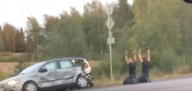 Poliisi kiinniotti kaksi henkilöä takaa-ajon päätteeksi. Kiinniotettujen epäillään liittyvän Porvoon yöllisiin tapahtumiin.
