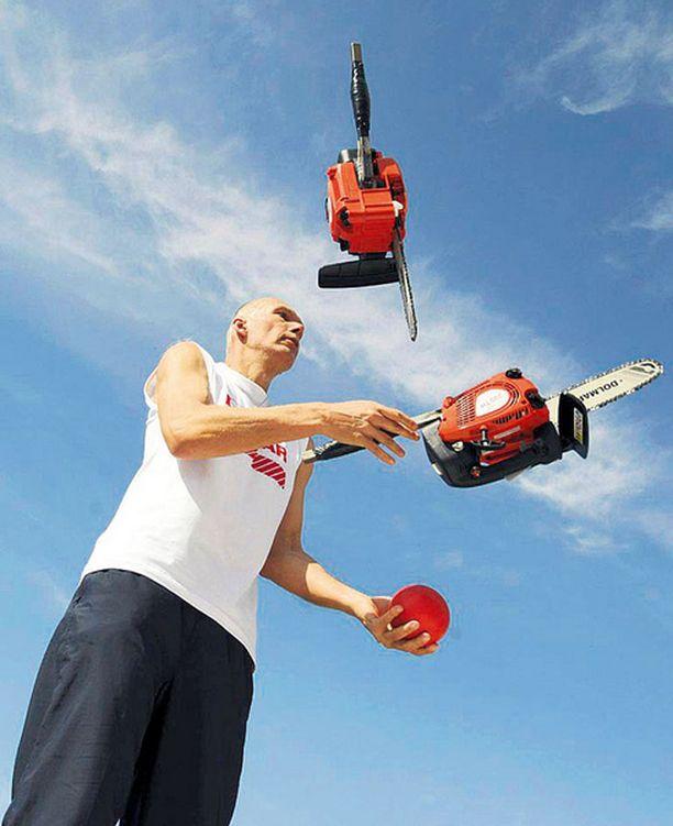 KIVA HOBBY? Ellei sinulla ole parempaa tekemistä, niin ota oppia tästä slovakialaisesta jonglööristä, joka taiteilee kahdella moottorisahalla ja kilon rautapallolla. Herra Milan Roskopfin mukaan harjoitteluvaiheessa tai niin sanotussa mandoliinikunnossa sahoja on viisainta olla käynnistämättä.