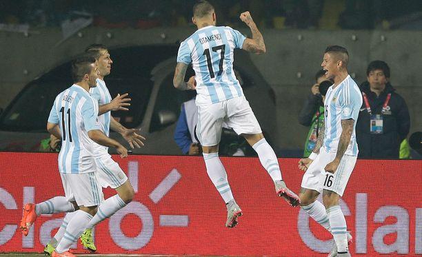 Nicolás Otamendi (kuvassa keskellä) kuuluu Argentiinan maajoukkueen vakiokalustoon.
