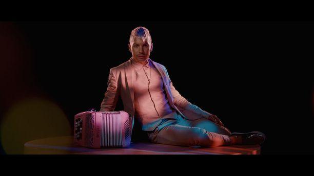 Hanurin-kappaleen musiikkivideossa nähdään tietenkin myös pinkki hanuri.