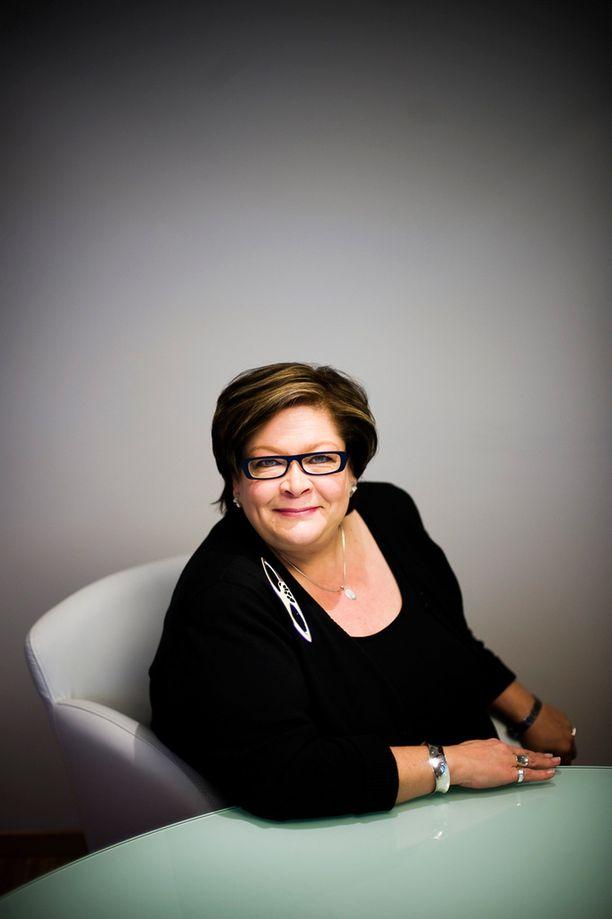 Ann Selin kutsui koolle ay-pomojen kokouksen, joka ryhtyi ajamaan uuden palkansaajien keskusjärjestön perustamista.