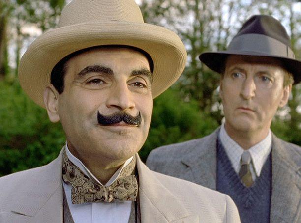 Poirot ja Hastings lähtevät lomailemaan Ranskaan, mutta pian rauhallinen tunnelma muuttuu, kun liikemies Paul Renauld löytyy murhattuna.